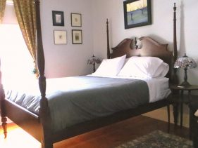 Room 2 Queen Size 4-poster bed with green bedspread